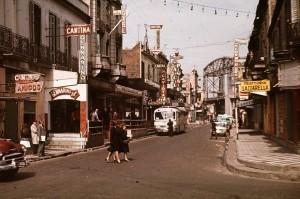 La Calle Necochea en 1960. Foto de Janos Metneki